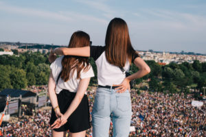 Milion Chvilek protests, girls overlooking demonstration